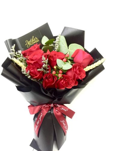 8 Classic Red Roses