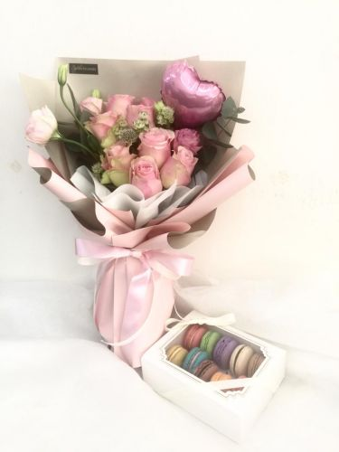 Valentine Bouquet With Macarons